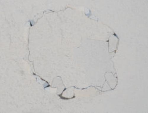 Θρυμματισμένος – αποσαθρωμένος σε σημεία (επιφανειακά), τσιμεντοειδής σοβάς